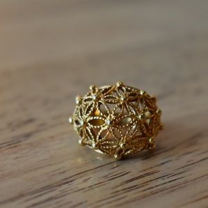 Jewelry - Gold ring with floral detail